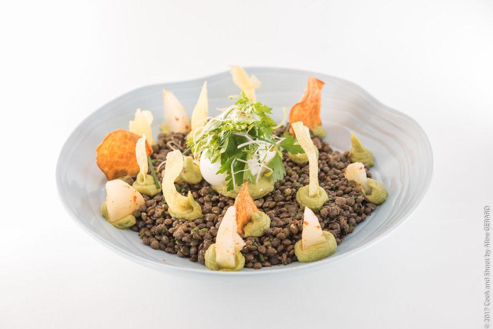 Plat du jour —Salade de lentilles et guacamole, œuf mollet et vinaigrette aux herbes fraîches