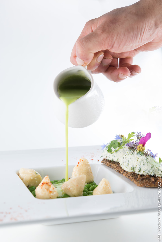Le Velouté de courgettes du pays mentholé, gnocchis à la faisselle de brebis galette de céréales au condiment végétal
