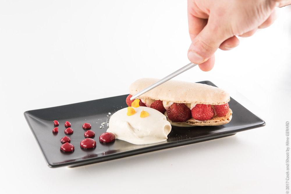 Le Macaron chocolat blanc/fraise — crème glacée maison au thé jasmin
