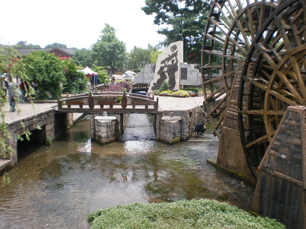 1280px-Entrance_to_Old_Town_of_Lijiang_canal_section.JPG