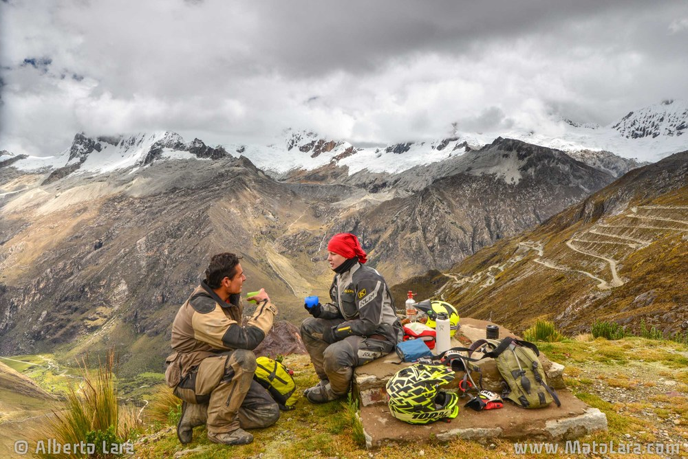 Having hot tea at Paso Portachuelo, Cordillera Blanca.jpg
