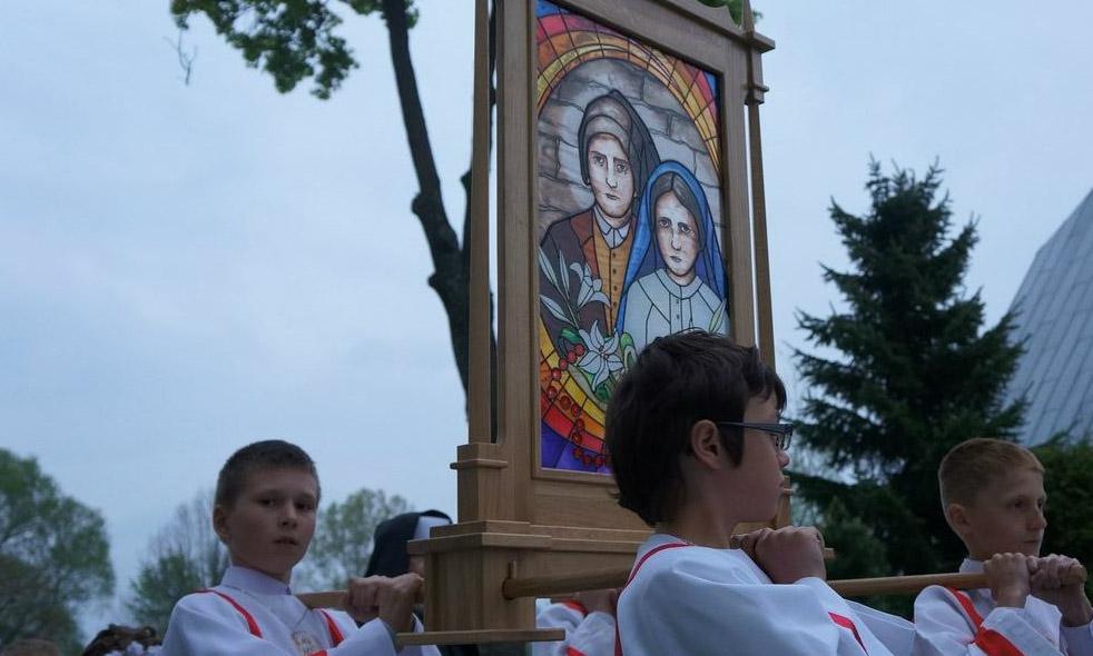 Procesja - Feretron Błogosławionych Hiacynty i Franciszka
