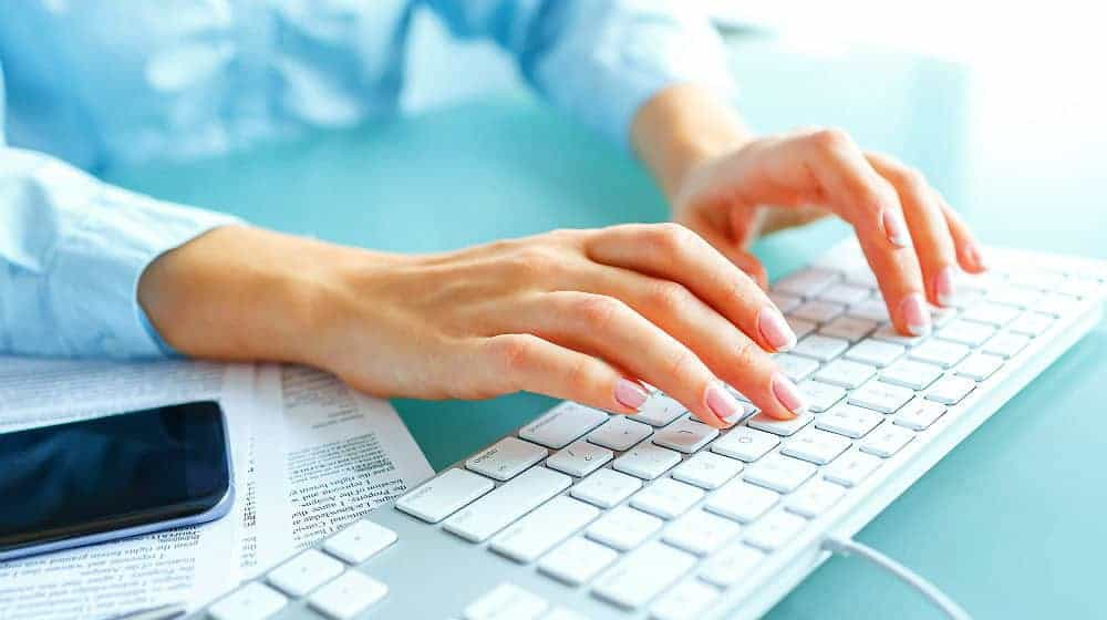 female-hands-woman-office-worker-typing-chrome-keyboard-shortcuts-FEATURE-ss.jpg