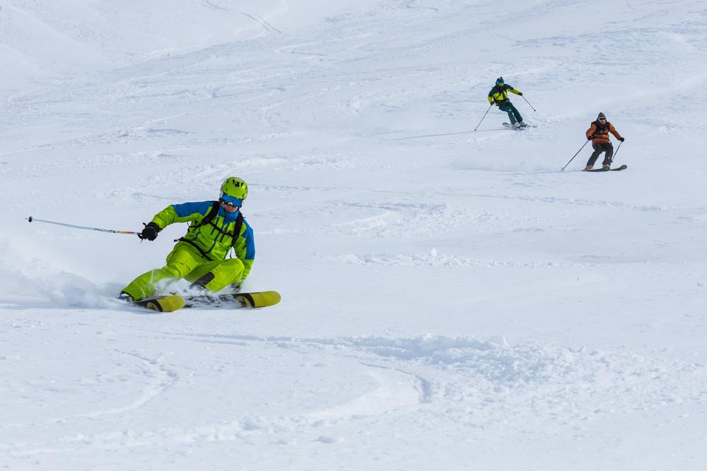 Možno k tejto fotke, kde sme sa narvali traja, by bola príležitosťnapísať niečo k lavínovým podmienkam v Gruzínsku. Rád by som povedal, že sme vykopali a urobili snehové profily. Hm.. Videli sme ako ľudia kopú snehové profily :) Prebiehal akurát nejaký lavínový kurz.Tieto kopce sa považujú všeobecne za bezpečné, keď poväčšine majú do 35st. Samozrejme sme jazdili s plnou výbavou a čerstvo preškolení. (ešte raz poďakovanie centru lavínovej prevencie a Bulovi)
