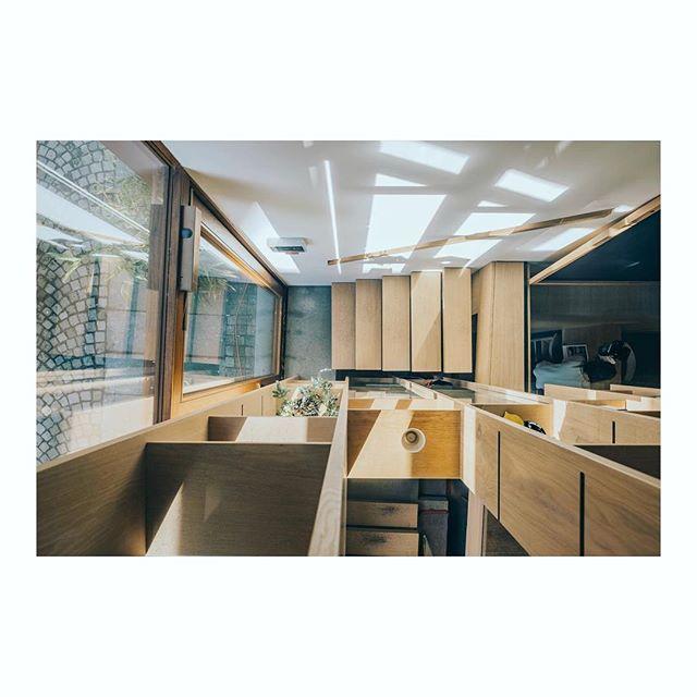 ☀️☀️☀️ . . . . . . . .  #coffeeroasters#cofferoastery#coffeeshop#oak#cantilevered#staircase#wood#woodwork#craftmanship#light#shadow#handrail#stairporn#interior#interiorlovers#interiordesign#scandinavianinteriordesign#interiorinspiriation#coffeeshop#architecturepics #architecturephotography#fujifilm #fujifilm_xseries #fujixpro2#archdaily#architecturelovers#architecture#kokkoarkitektur