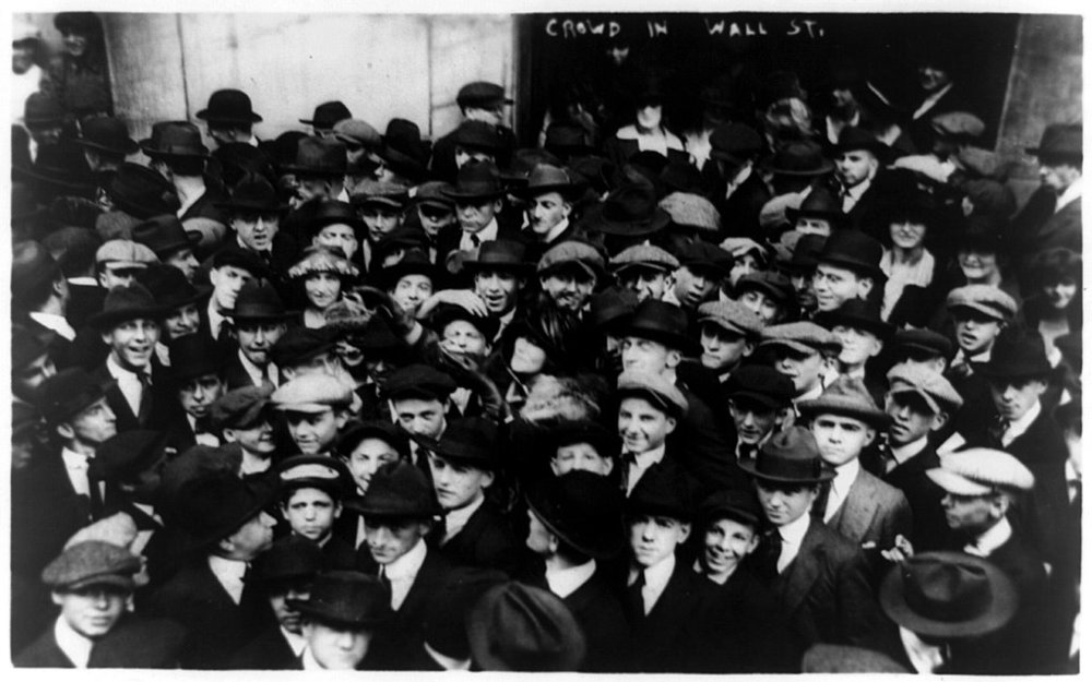 1024px-Curb_brokers_in_Wall_Street,_New_York_City,_1920.jpg