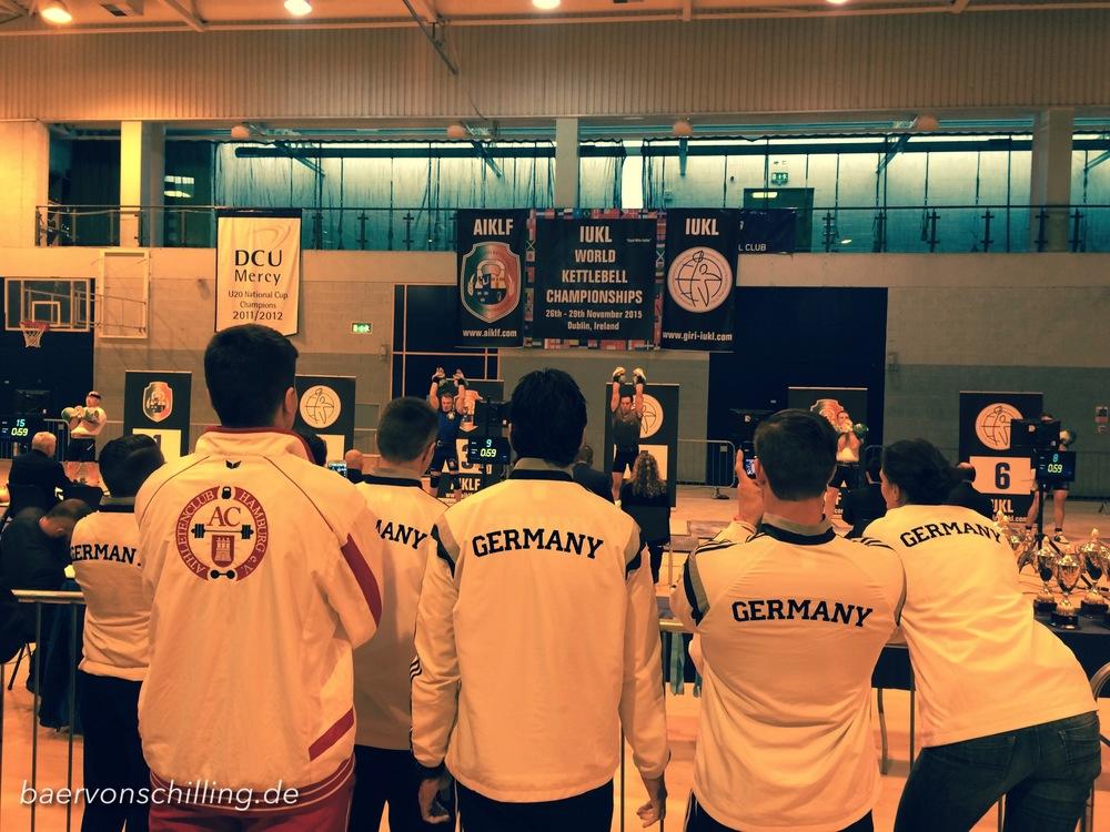 Das deutsche Team feuert David Schulte während seinem Satz an.