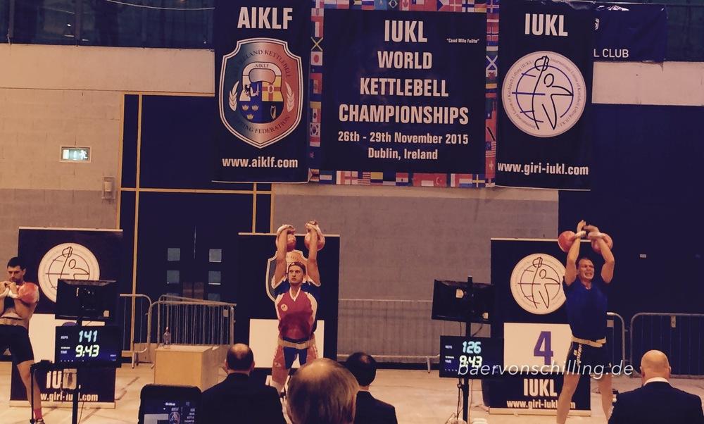 Anton Anasenko (Mitte) bei seinem Jerk Satz mit 32+32 kg. Perfekte Technik auch bei maximaler Pulsrate, kurz vor Ende des Satzes..