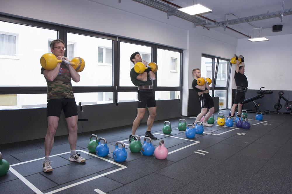 Kettlebell Wettkampf: Jerk (Stoßen), hier mit zwei 16 kg-Gewichten