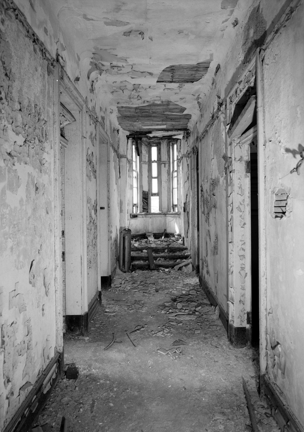 An interior corridor of the building circa 1980. By 1980 the building had already been vacant for 30 years. The interiors of the Smallpox Hospital have since been stripped of walls and architectural details.