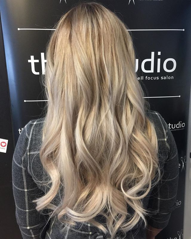 @platinumseamless extensions done by @logan_zahner the result was beautiful. Logan would love to have you in her chair!