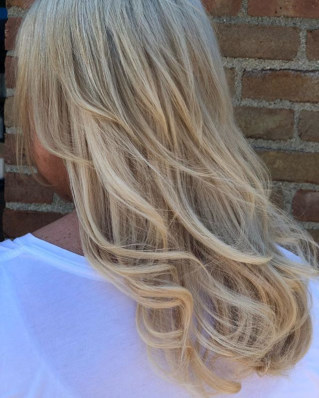 #extensions! @rachellemyarnell will be hosting a few classes this fall to be certified with @platinumseamless  1st class nov 5 in #cleveland at @the.studio.salon message for more details! space is limited !! #haircolor #hairextensions #ohiostylists #ohiogirl #longhaordontcare #education #tapeinextensions