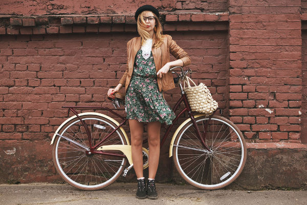 Youth_girl-with-vintage-bike_shutterstock_184570469.jpg