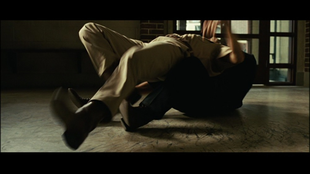 The attack plays mostly in these 2 shots, showing the terror of Anton Chigurh.