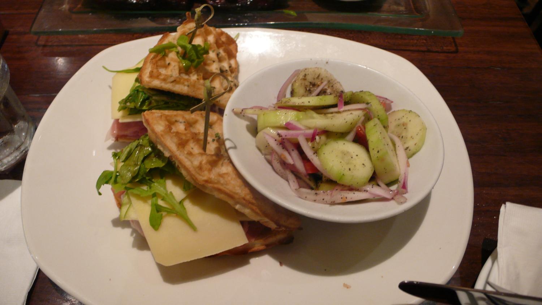 今天看到菜單選了很特別的鬆餅三明治 Prosciutto & Apple Waffle Sandwich