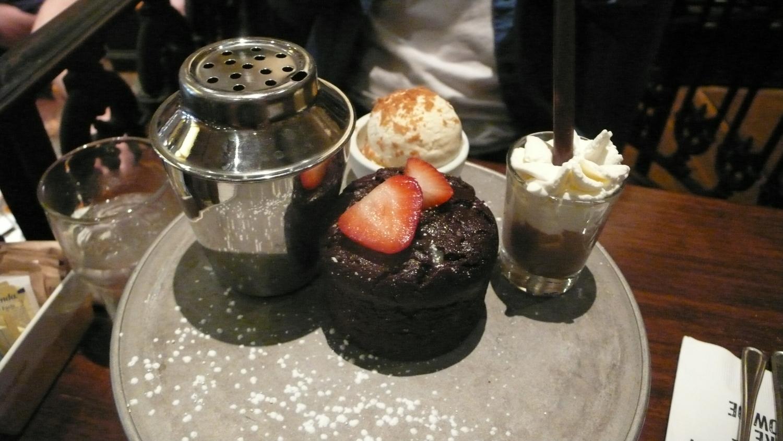 其實每次帶朋友來幾乎都是點fundue 所以今天來點一個比較不常吃的The Melting Chocolate Truffle Heart Cake & Shake