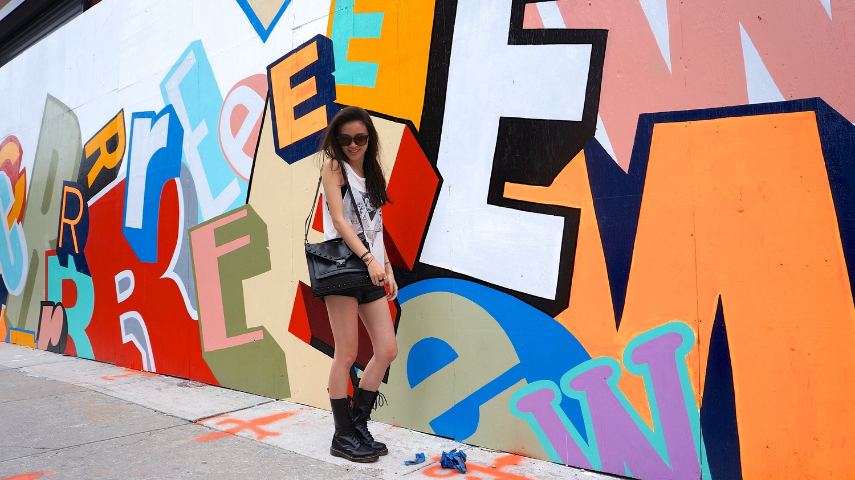 上衣:Urban Outfitter http://www.urbanoutfitters.com/urban/catalog/productdetail.jsp?id=31988090&itemdescription=true&navAction=jump&cm_mmc=broadcast-_-Operational-_-ShipConfirm-_-product&cm_lm=rubyjenrubyjen@gmail.com#/ 短褲:Blank NYC http://www.blanknyc.com/shop 鞋:Dr. Martens http://www.drmartens.com/us/ 包包:Loeffler Randall http://www.loefflerrandall.com/