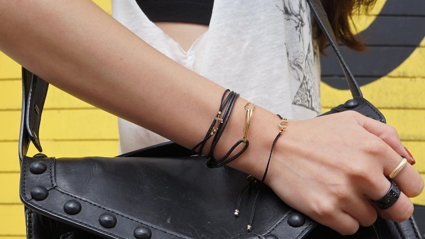 手鍊字母:TAI http://www.polyvore.com/tai_jewelry/shop?brand=Tai&category_id=60 手鍊繞圈 / 戒指金皮繩:by boe https://www.byboe.com/ 戒指黑色:Gucci 在飾品方面也不要銀跟金配在一起 看起來會有點矛盾 也是選用跟服飾相近的色系就可以了