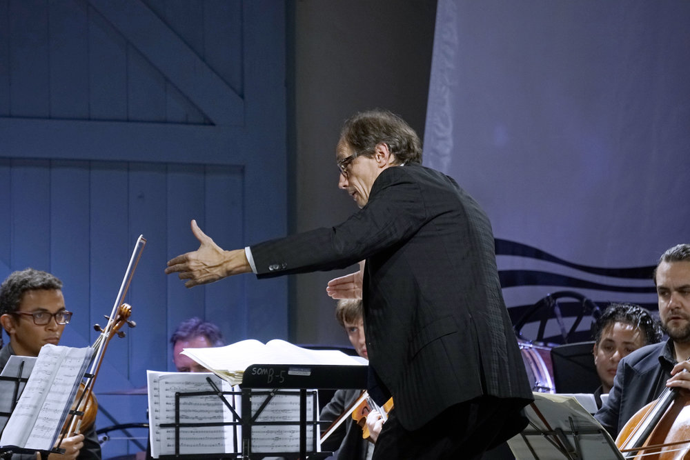 Roland Peelman conducting The Combined Festival Artists. Photo by Peter Hislop