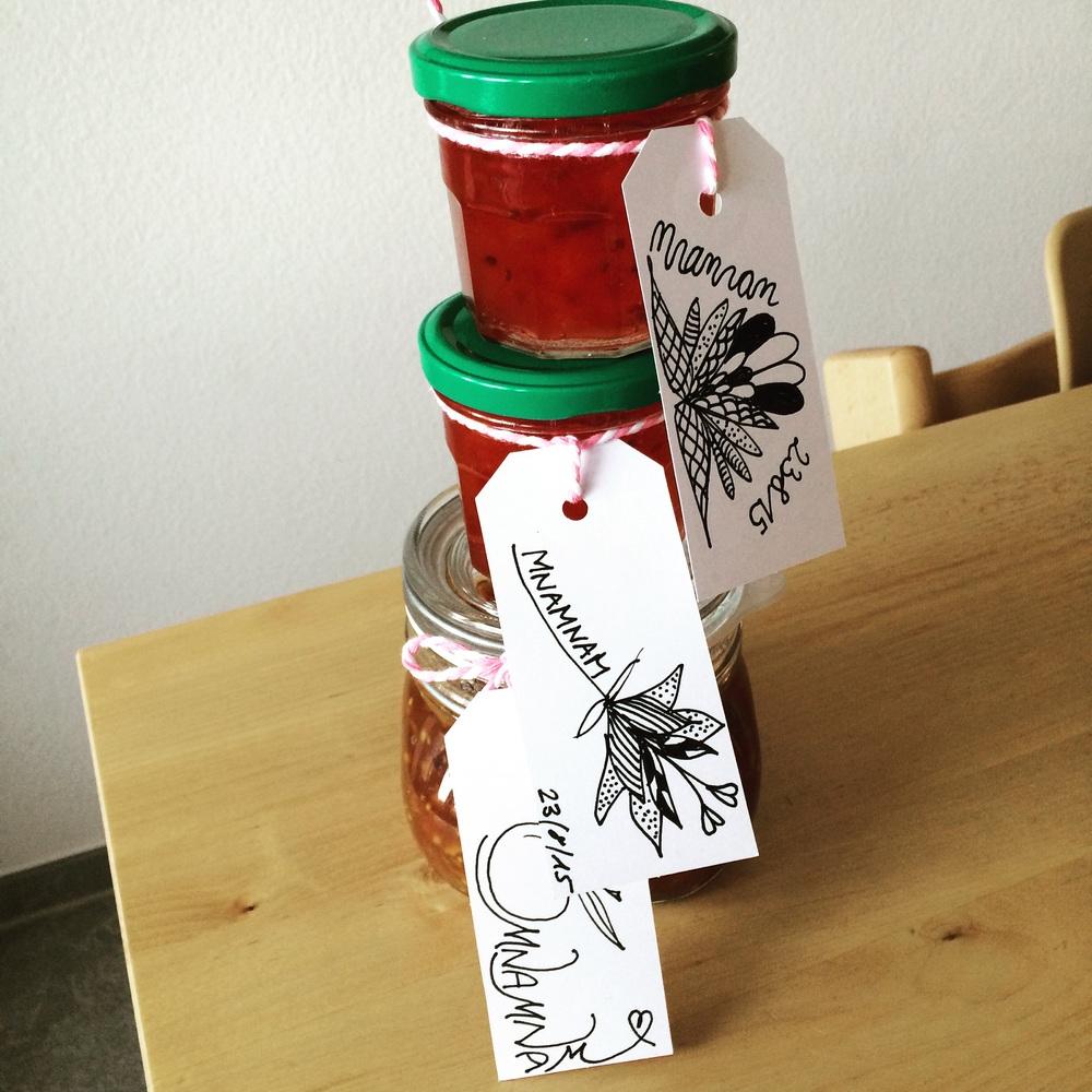 Gläserturm mit selbst gezeichneten Labels