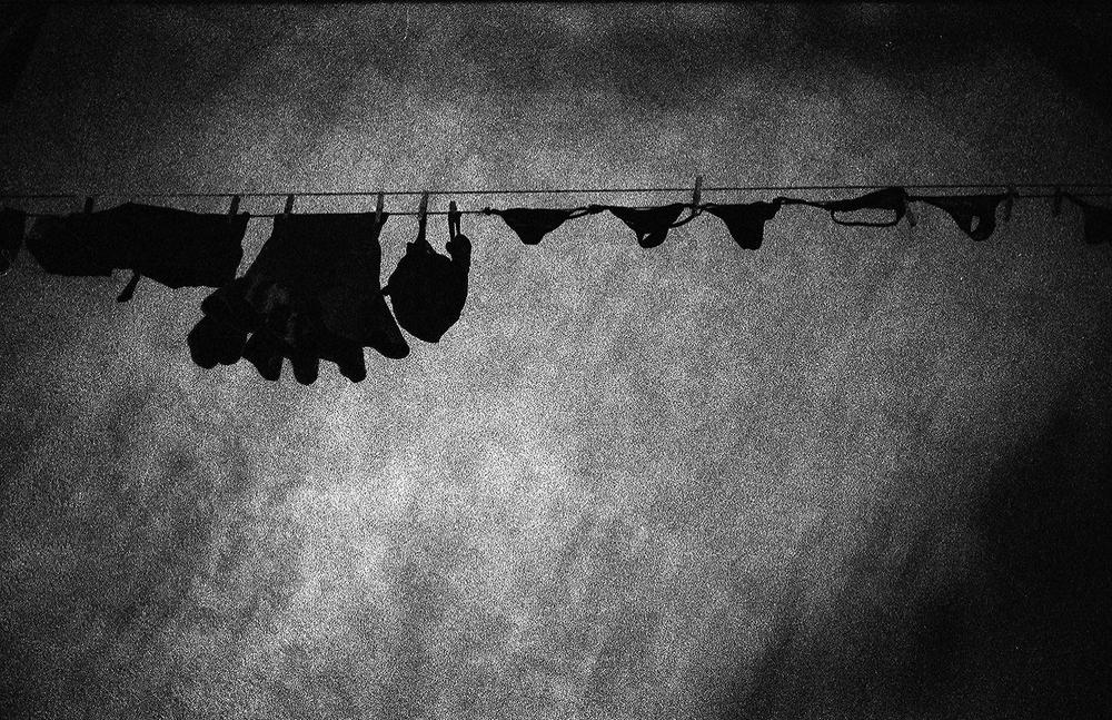 Sous les vêtements.