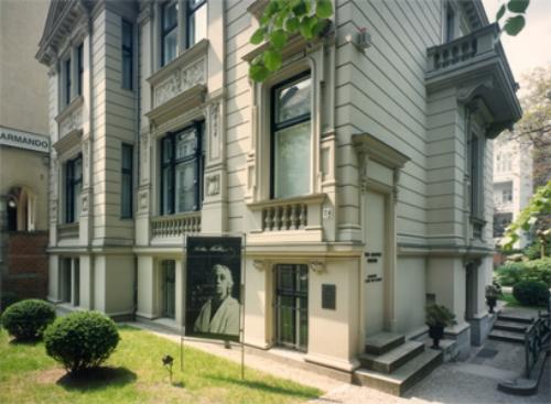 Käthe Kollwitz in Berlin: A City Tour , Käthe Kollwitz Museum Berlin, Lukas Verlag, 2015   Translation
