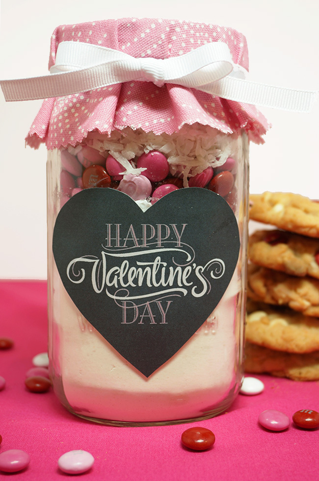 This Valentine's Day M&M cookie mix in a mason jar makes a perfect gift! | TwoMoreMinutes.com