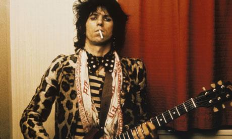 Con su estilo, Keith Richards se salía con la suya y lograba que cuatro estampados en un outfit se vieran bien.