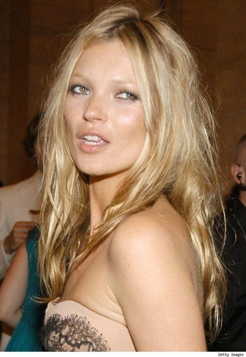 """Nadie lleva mejor el """"bed hair"""" que Kate Moss. Nadie lleva mejor el look de """"crudo"""" que Kate."""