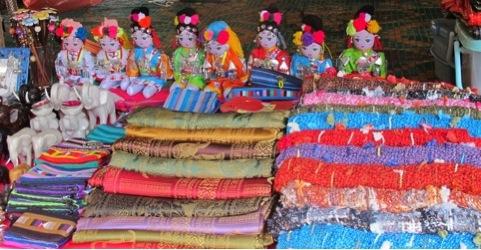 Telas y artesanías tailandesas.