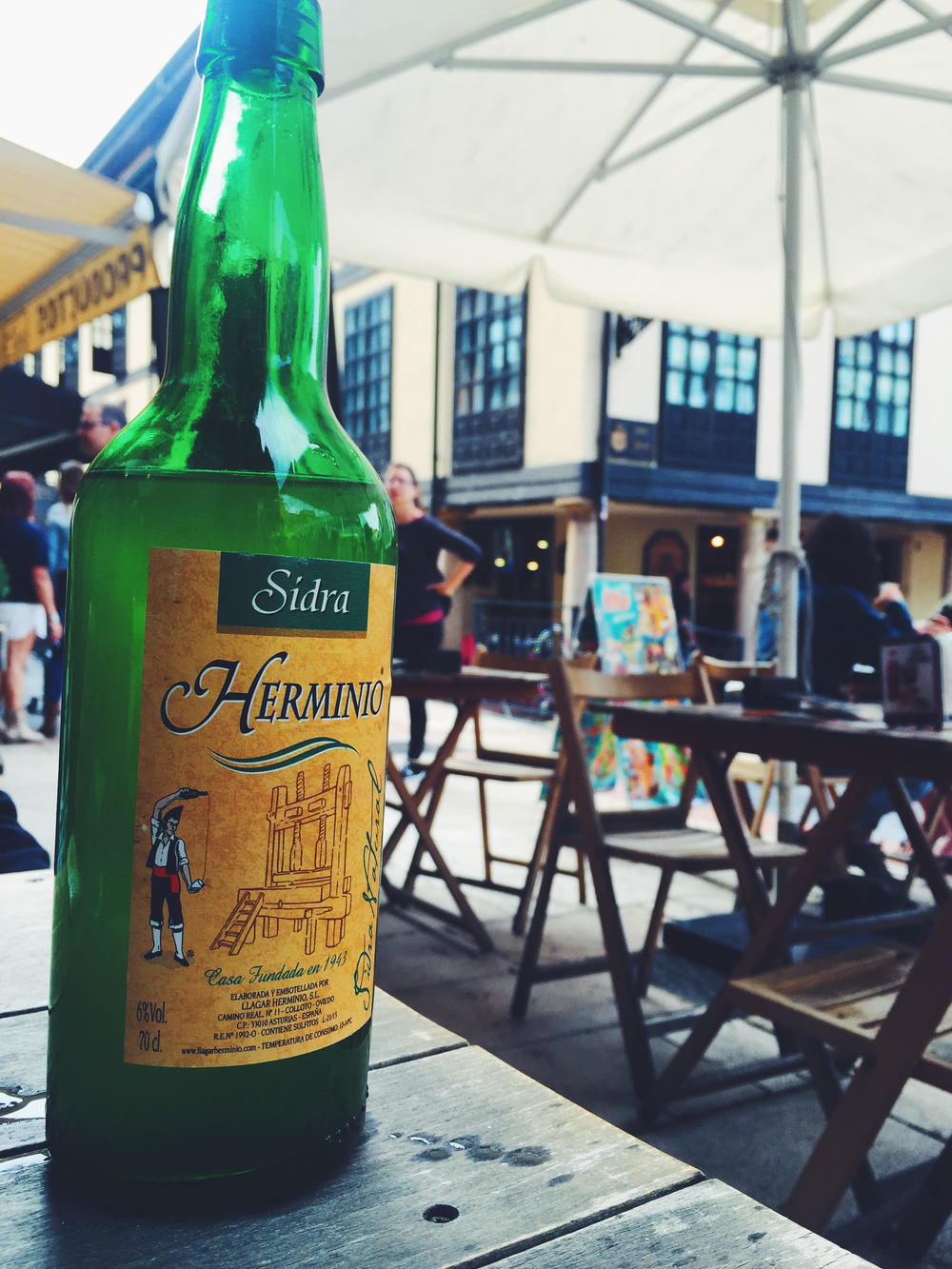 Sidra in Spain. A tradition you must experience when traveling. Woody Allen's favorite city in Europe. Traveling like a local with a Photo Travel Guide.