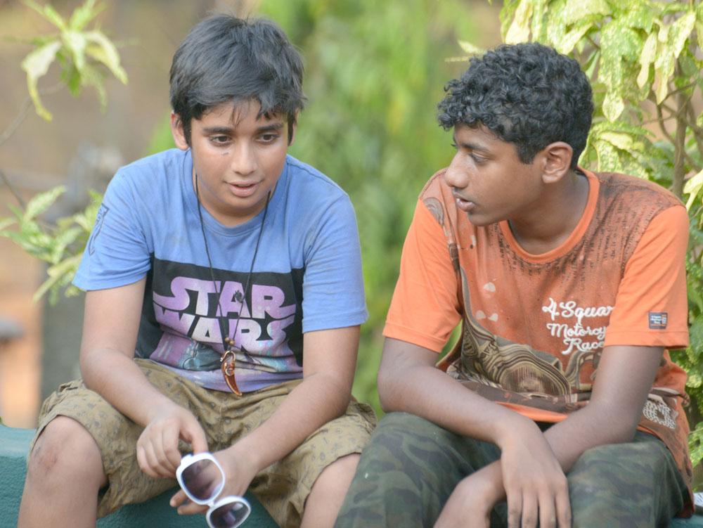 07_Friends share the moment.jpg