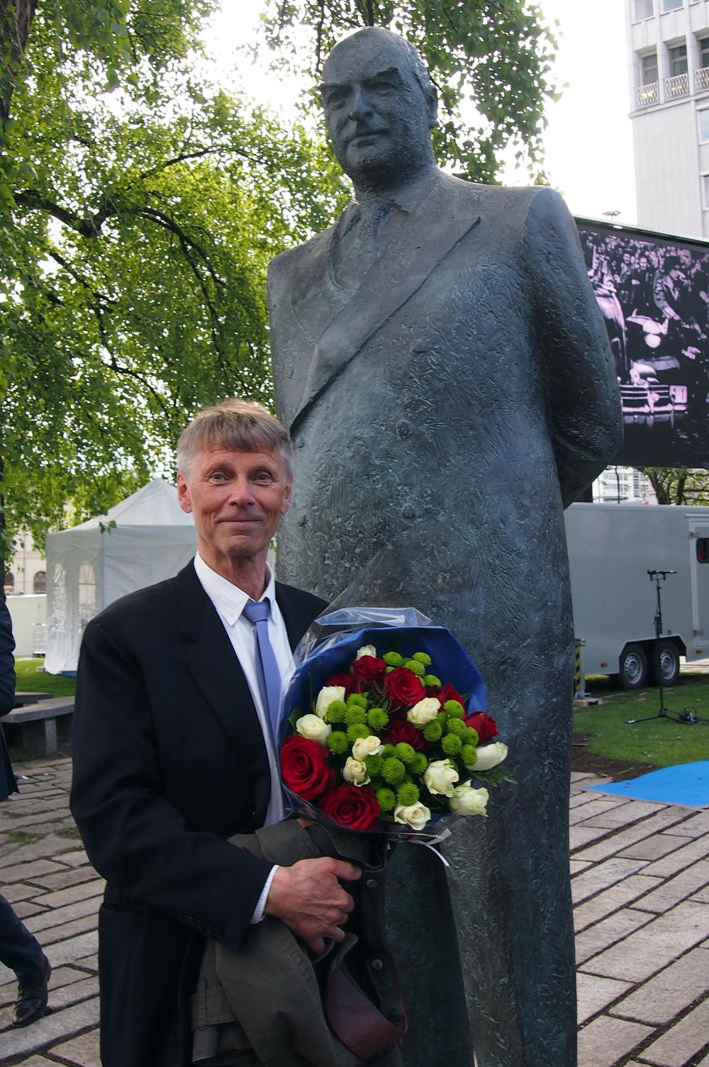 Olav Orud foran minnesmerket. Foto Camilla Luihn/NBF