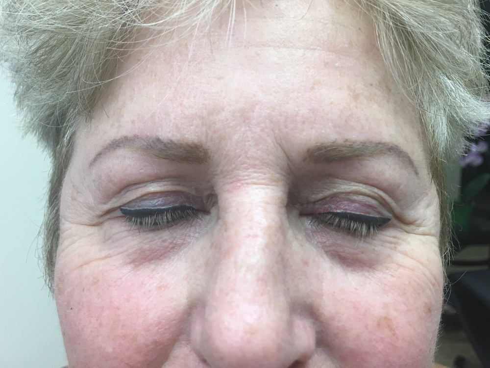 Cat eye on this lovely woman with a light beige line above