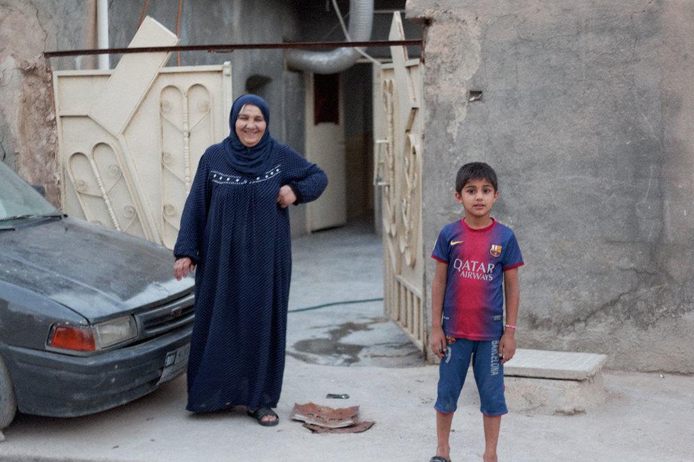 Umm Bakr devant sa maison