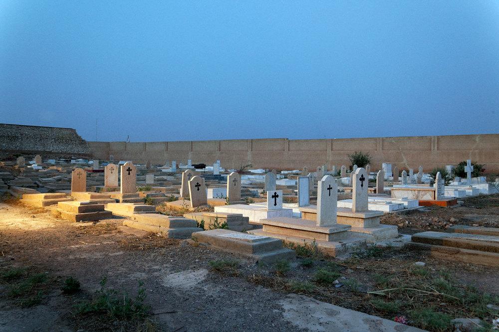 Le cimetière Chaldéen de l'église rouge ( autre vue )