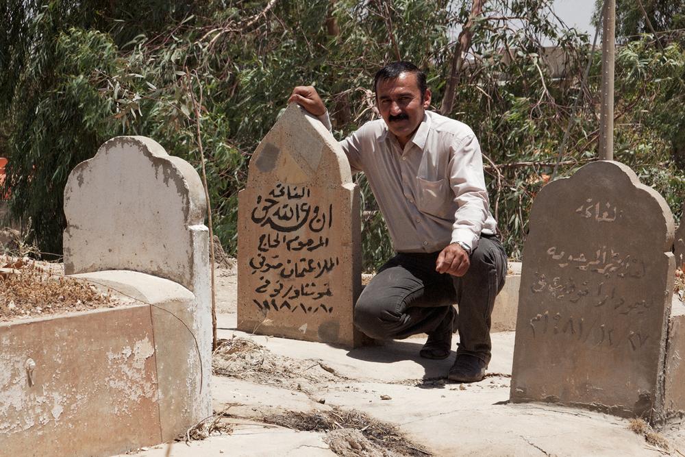Kak Bakr sur la tombe de son père
