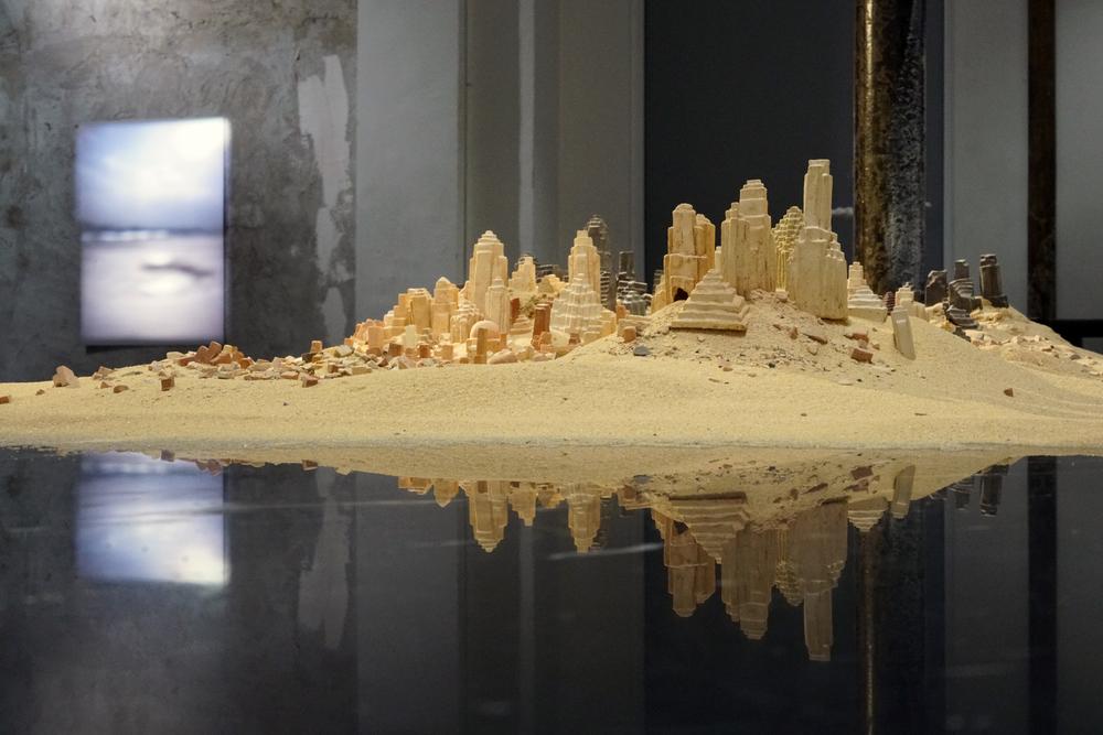 Clément Richem -  Poussières  , céramique, argile crue, sable - 2016 - 90x140cm ///// Louis-Cyprien Rials -  Horizon ( Bahreïn )  - Installation de projecteurs Kodak Carousel, timer - 2014