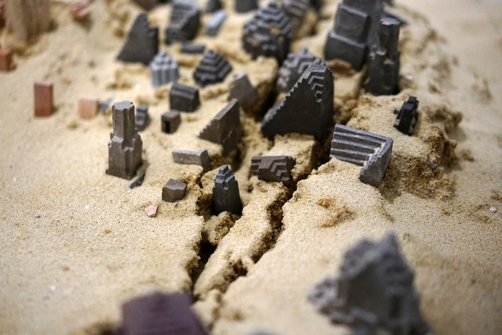 Clément Richem -  Poussières  , céramique, argile crue, sable - 2016 - 90x140cm (détail)