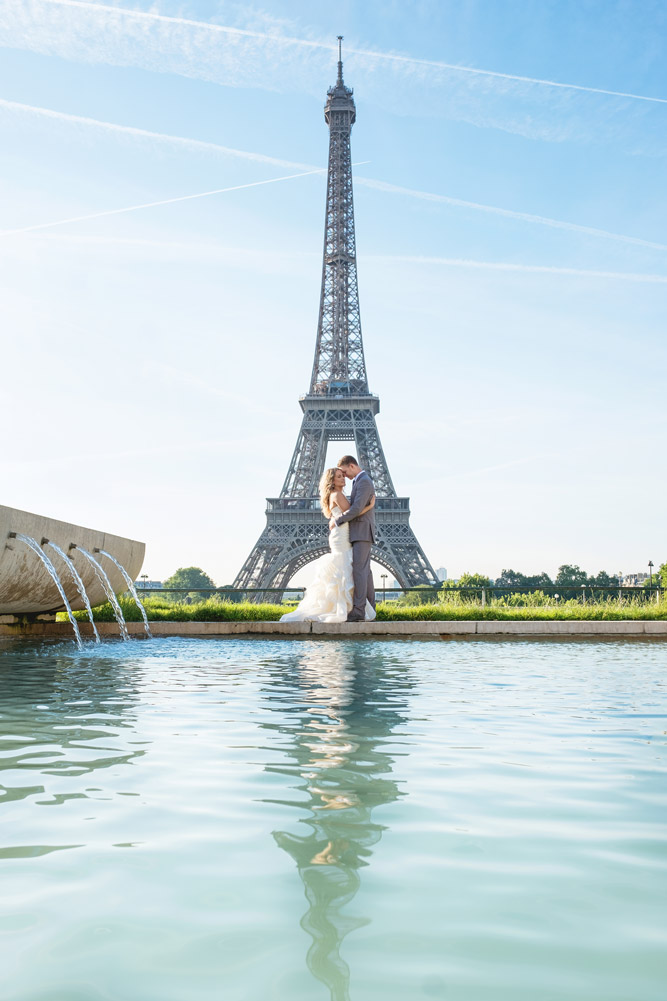 Paris-photographer-Paris-for-Two-Christian-Perona-professional-engagement-proposal-pre-wedding-portrait-Eiffel-tower-sunrise-Jardins-du-Trocadero-garden-reflex-fountain-water.jpg