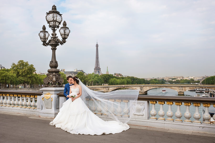 paris-photographer-christian-perona-professional-engagement-proposal-pre-wedding-portrait-Alexandre-III-bridge-pont-Eiffel-tower-bride-wedding-dress-groom.jpg