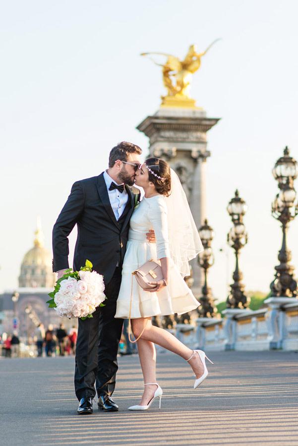 Photographer-Paris-Christian-Perona-wedding-kiss-love-Seine-quay-Alexander-III-bridge-golden-statue-bride-groom-fashion.jpg