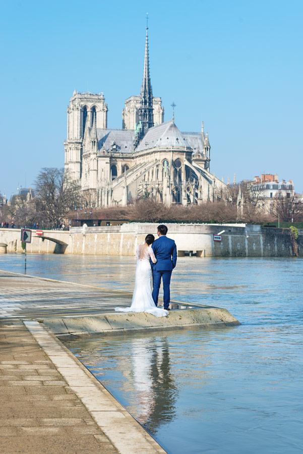 Paris-photographer-Christian-Perona-Seine-quay-Tournelle-love-Notre-Dame-cathedral-wedding-dress-groom-bride.jpg