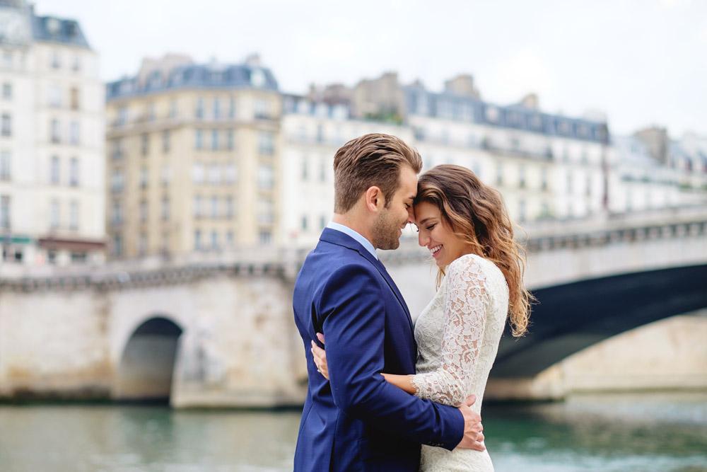 paris-photographer-christian-perona-professional-engagement-proposal-pre-wedding-portrait-seine-quay-quai-river-bridge-tournelle.jpg