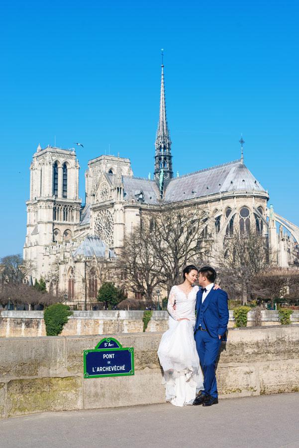 paris-photographer-christian-perona-professional-engagement-proposal-pre-wedding-portrait-seine-quay-quai-river-bridge-Notre-Dame-wedding-dress-bride-groom.jpg