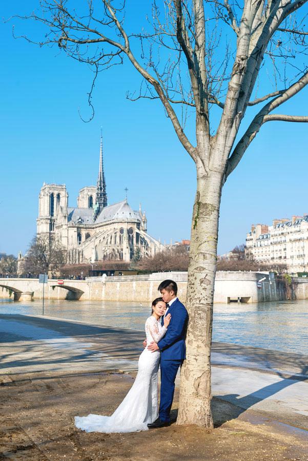 paris-photographer-christian-perona-professional-engagement-proposal-pre-wedding-portrait-seine-quay-quai-river-bridge-Notre-Dame-wedding-dress-bride-groom-2.jpg