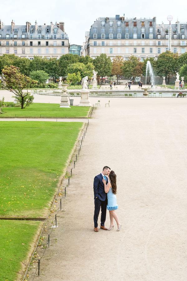 paris-photographer-christian-perona-professional-engagement-proposal-pre-wedding-portrait-tuileries-garden-kissing.jpg