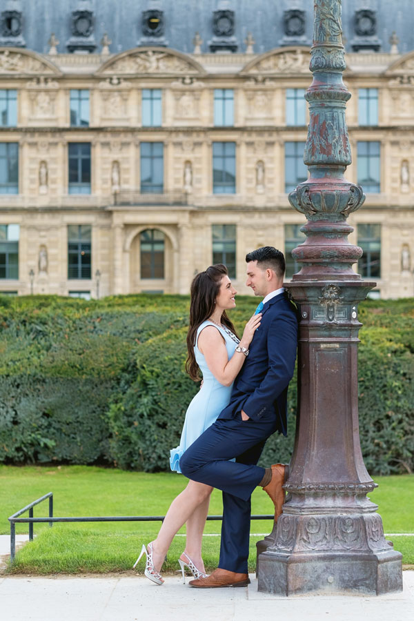 paris-photographer-christian-perona-professional-engagement-proposal-pre-wedding-portrait-tuileries-garden-light-post.jpg
