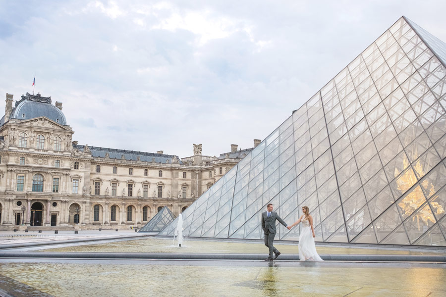 paris-photographer-christian-perona-professional-engagement-proposal-pre-wedding-portrait-louvre-museum-pyramid-bride-groom.jpg