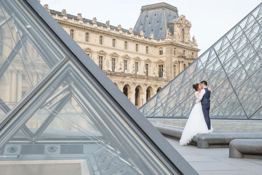 paris-photographer-christian-perona-professional-engagement-proposal-pre-wedding-portrait-louvre-museum-pyramid-bride-groom-2.jpg